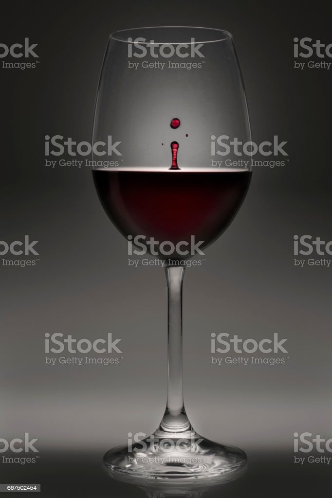 Goblet of red wine with drop foto stock royalty-free