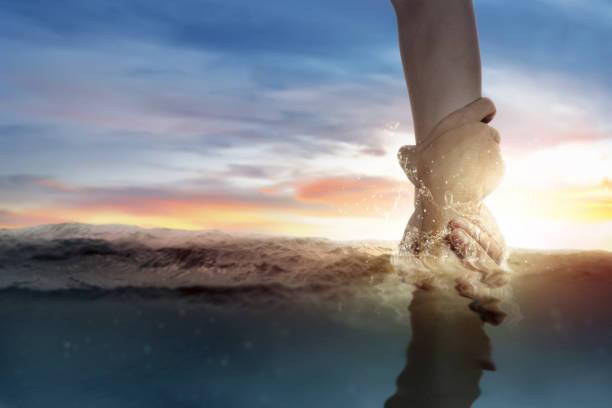 bóg daje pomocną dłoń ludzkiemu - bóg zdjęcia i obrazy z banku zdjęć