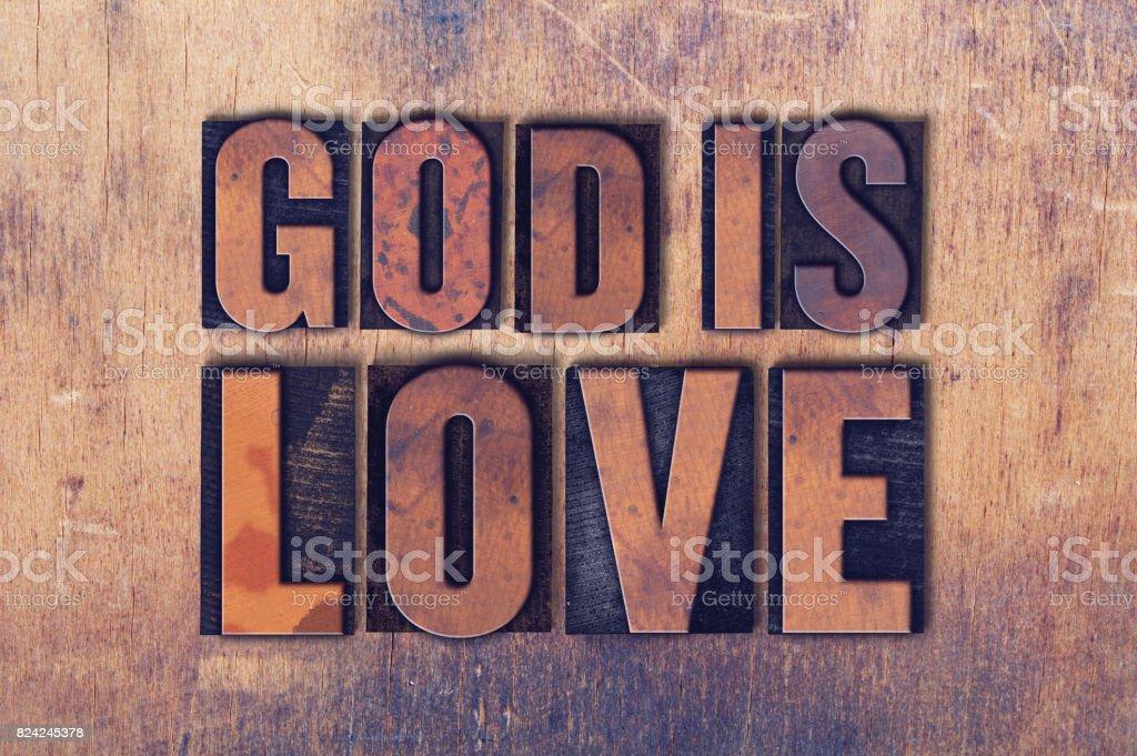 Deus é amor tema tipografia palavra sobre fundo madeira - foto de acervo