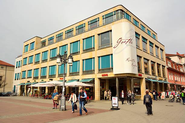goethe kaufhaus shopping mall at theaterplatz square in weimar - rewe germany stock-fotos und bilder