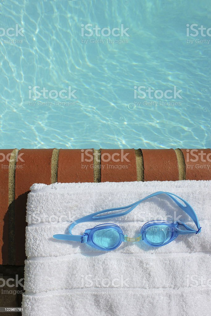 Gafas en el borde de la piscina - foto de stock