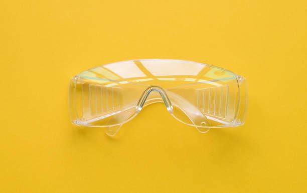 skyddsglasögon eller skyddsglasögon isolerade gula - hospital studio bildbanksfoton och bilder