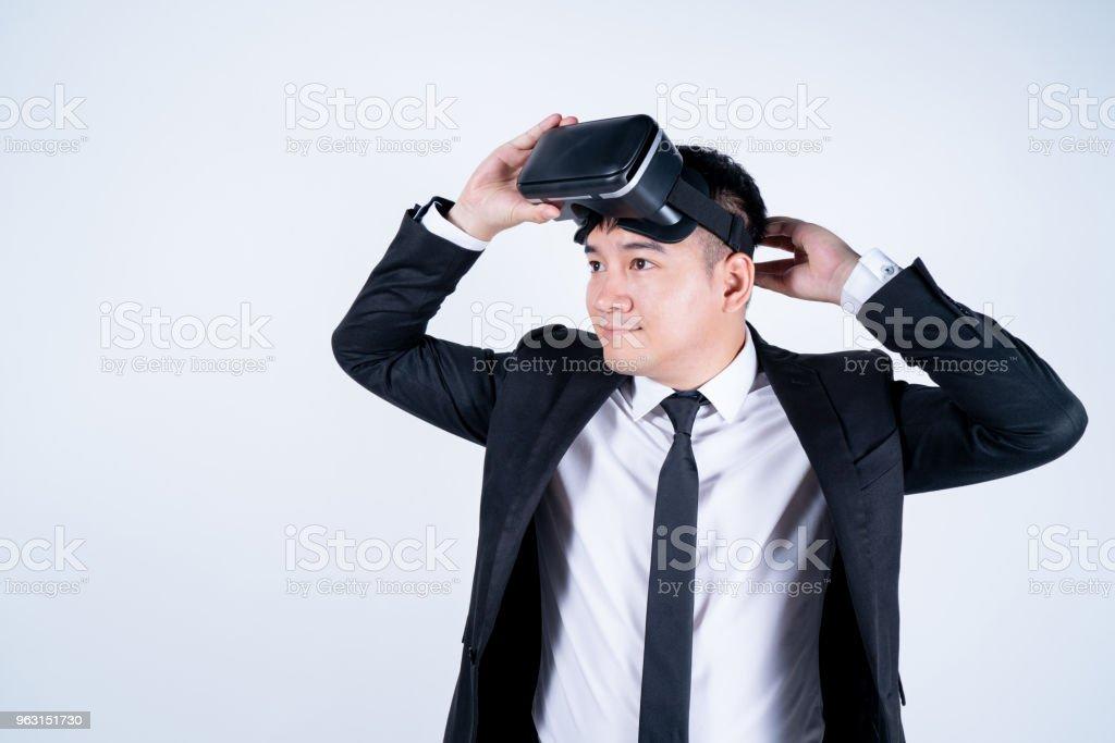 Glasögon VR virtual reality Glasögon, affärsman i använda digital underhållning 3d, bakgrunden är vit isolerade. - Royaltyfri Affärsman Bildbanksbilder