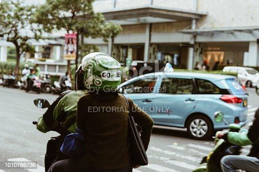 istock Gojek Driver pick up passenger 1010786736
