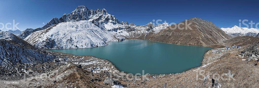 See Gokyo Lake, die die verschneiten Berggipfeln Himalajagebirge – Foto