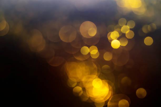 Bokeh abstracto de oro sobre fondo negro - foto de stock