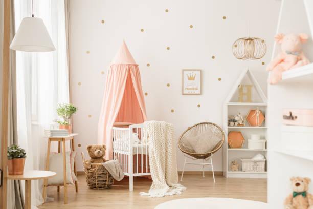 gold und rosa babyzimmer - schlafzimmer stock-fotos und bilder
