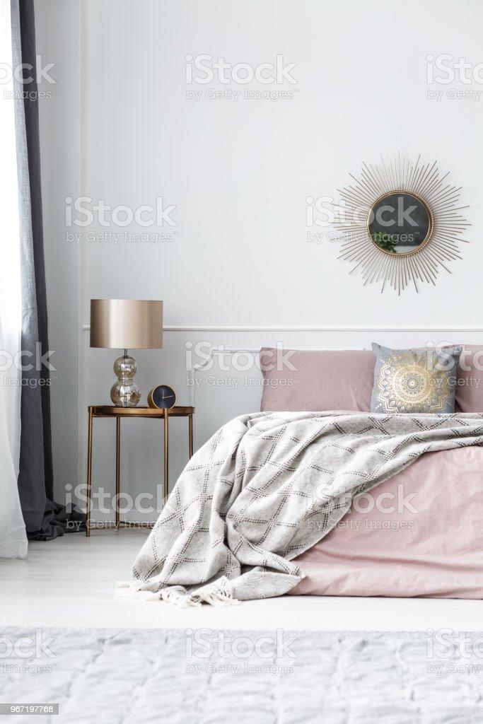 Gold Und Rosa Schlafzimmer Innenraum Stockfoto Und Mehr Bilder Von Bett Istock