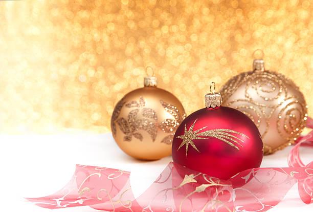 bolas de natal ouro e vermelho - gradients golden ribbons imagens e fotografias de stock