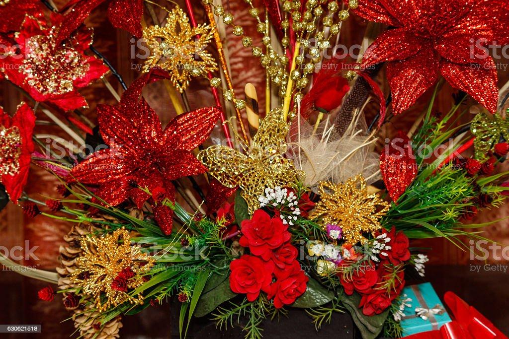 Foto De Gold And Red Christmas Tree Decorations E Mais Fotos De Stock De Arbusto Istock
