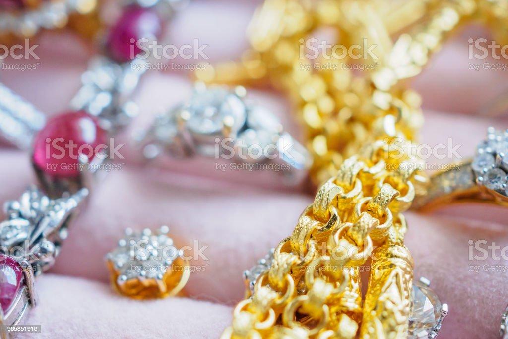 Goud en zilver diamant edelsteen ring kettingen en oorbellen in luxe sieraden doos - Royalty-free Armband - Juwelen Stockfoto