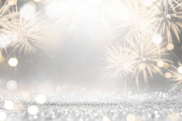 oro y plata, fuegos artificiales y bokeh en año nuevo vísperas y copia espacio. vacaciones en antecedentes. - año nuevo fotografías e imágenes de stock