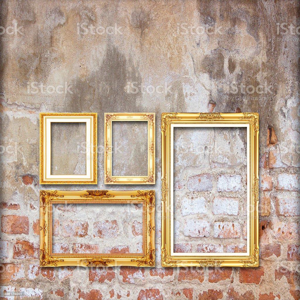 gold alte bilderrahmen auf alte ziegel wand hintergrund - stockfoto