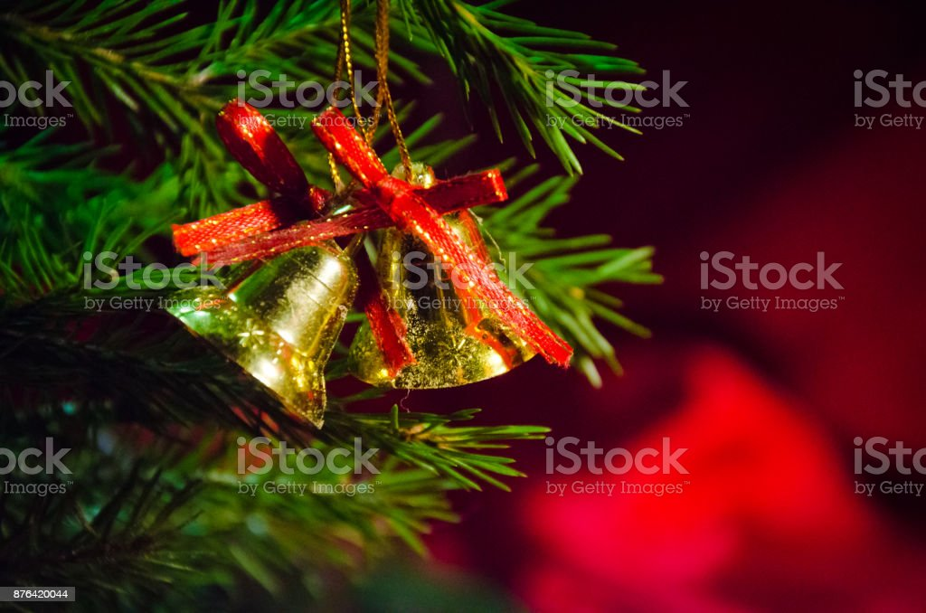Cloche d'or sur l'arbre de Noël, le nouvel an au soleil - Photo
