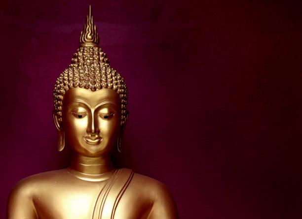 gouden bhuddha standbeeld dicht glimlach gezicht op vintage donker rode achtergrond laag belangrijkste stijl - buddha stockfoto's en -beelden