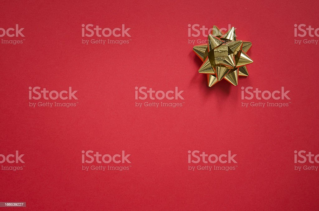 Gold bow on christmas red background stok fotoğrafı