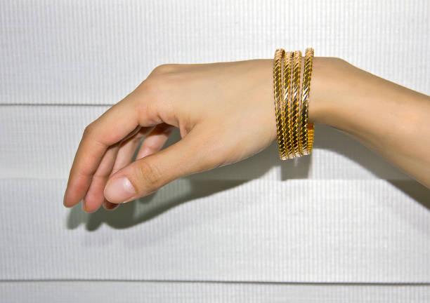 gold bracelet - браслет стоковые фото и изображения