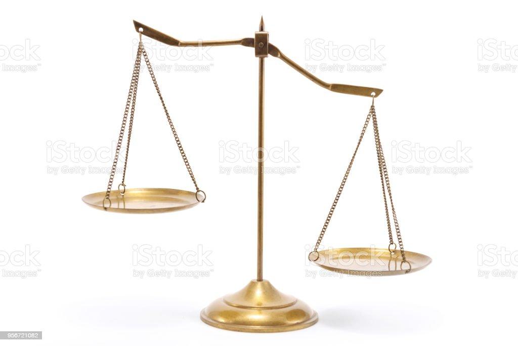 Escala de equilibrio de cobre amarillo oro - foto de stock