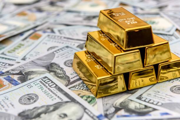 guld tackor på amerikanska dollar sedlar närbild - paper mass bildbanksfoton och bilder