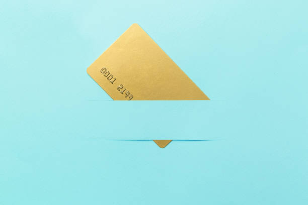 goldcard mockup, auf blauem hintergrund, kreatives konzeptidee. textfreiraum - bandanzeige stock-fotos und bilder