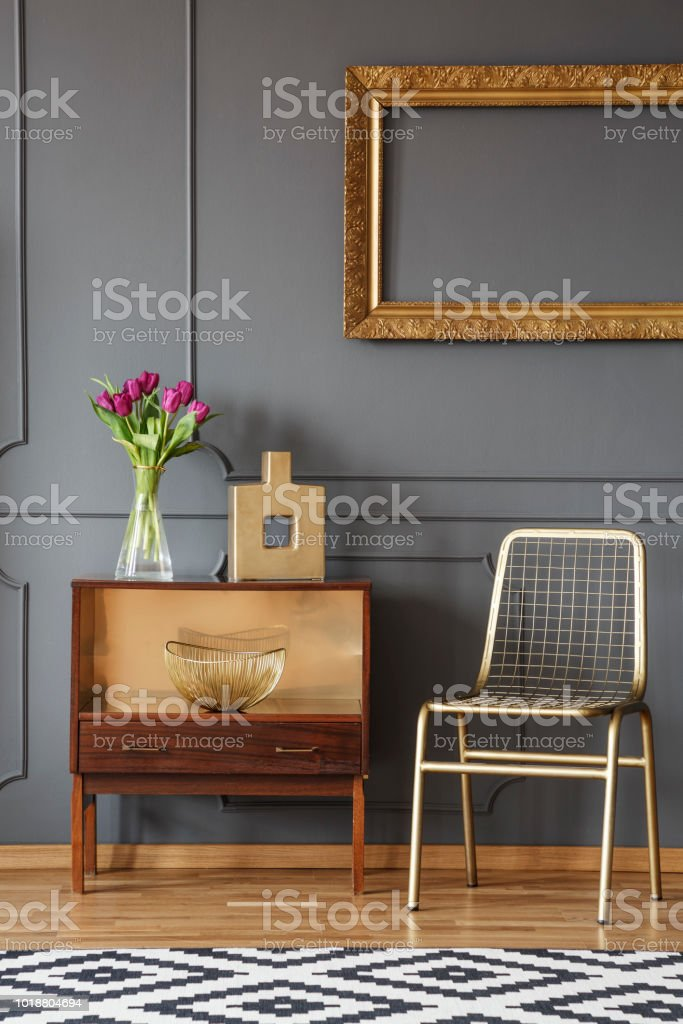 Gold Stuhl Neben Holzgehause Mit Blumen In Grau Interieur