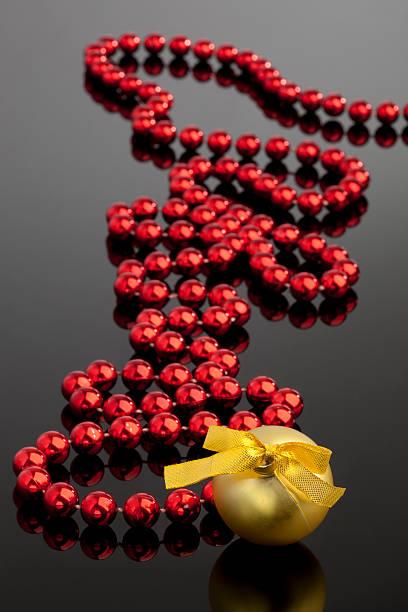 chrismas bola de ouro e vermelho beeds - gradients golden ribbons imagens e fotografias de stock