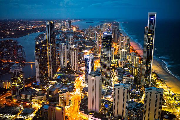 Costa dorada de la ciudad por la noche - foto de stock
