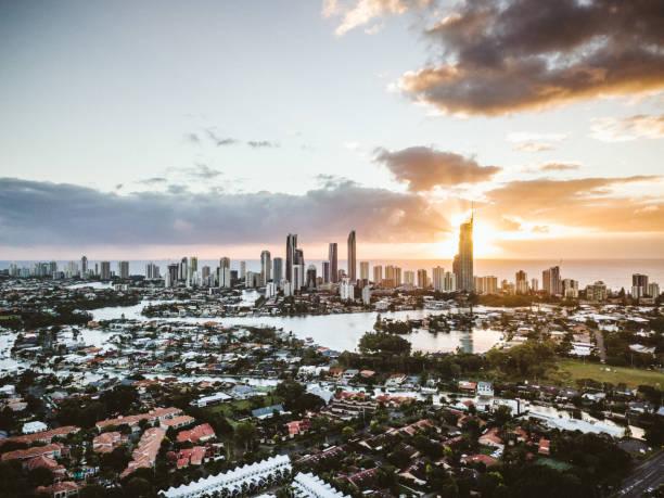 costa do ouro - sol nascente horizonte drone cidade - fotografias e filmes do acervo