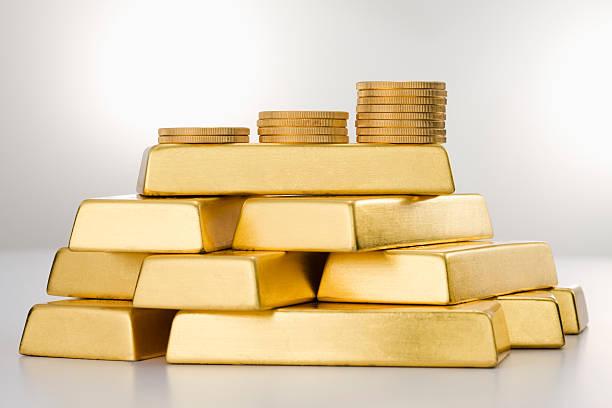 Moedas de ouro e Ingots. - foto de acervo