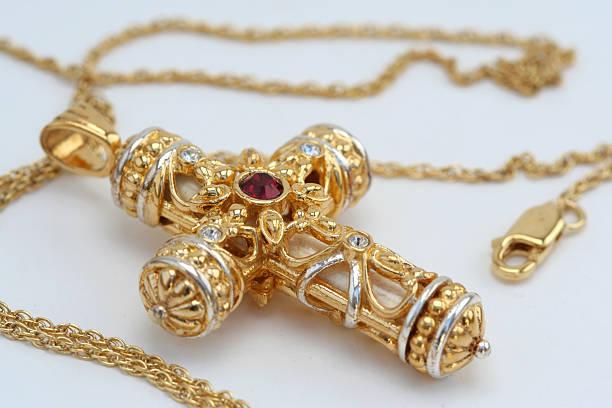 gold cross - halskette weißgold stock-fotos und bilder