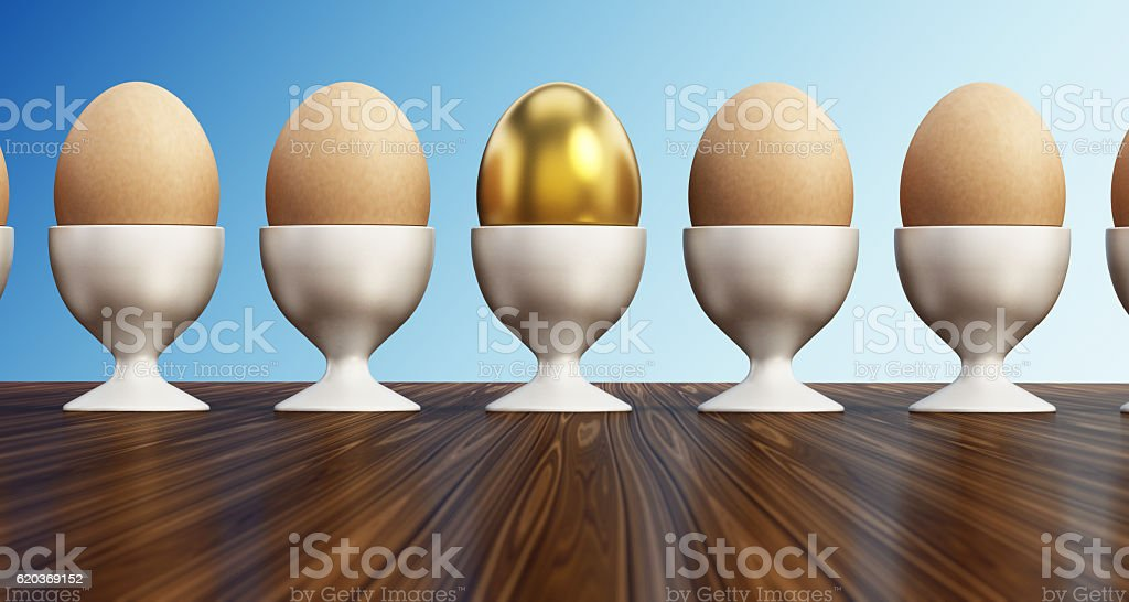 Gold egg standing out from normal eggs zbiór zdjęć royalty-free