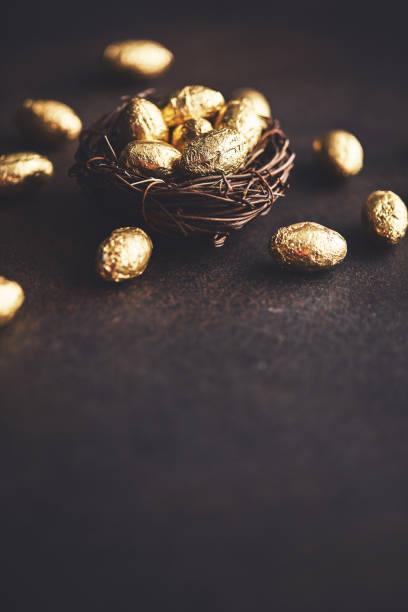 Gold-Eier im Nest. Osterhintergrund – Foto