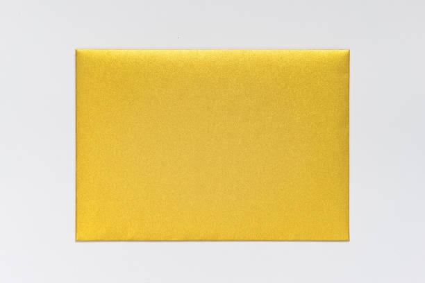 oro sobres de papel de diseño, maqueta, de la marca corporativa aislaron fondo - postal worker fotografías e imágenes de stock