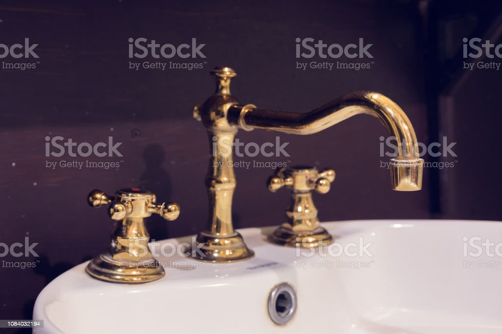 Gold Armatur Und Waschbecken Retro Vintage Dekorierte Luxus Interior Baddesign Stockfoto Und Mehr Bilder Von Altertumlich Istock