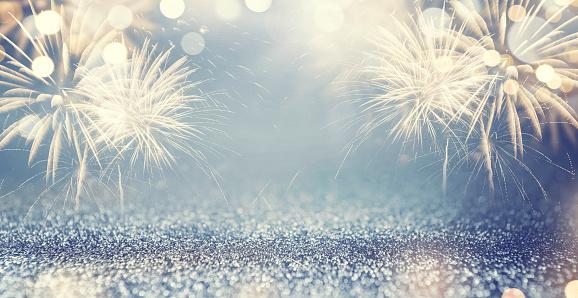 黃金煙花和散在新年前夕和空間為文本藍色抽象背景假日 照片檔及更多 2018 照片
