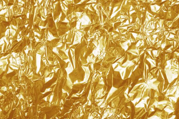goldfolie blatt glänzende textur, abstrakte gelb geschenkpapier für hintergrund und design-kunstwerk. - folien highlights stock-fotos und bilder