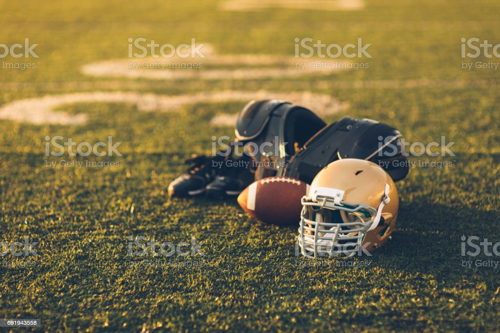 Capacete de ouro de futebol no campo - foto de acervo