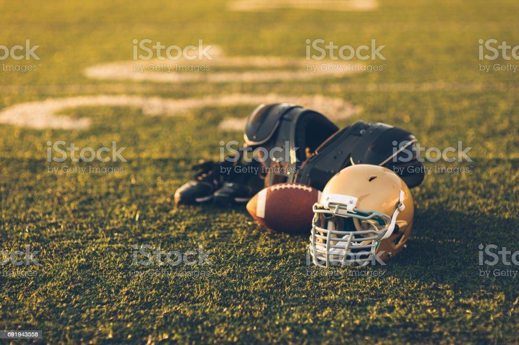 Casque de Football or sur champ - Photo