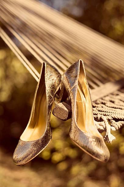 goldene high heels - goldhochzeitsschuhe stock-fotos und bilder