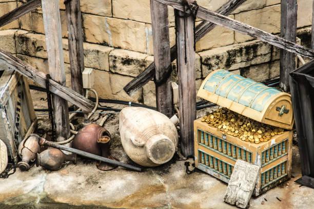 gold in alten blauen farbe schatztruhe in ruinen - piratenzimmer themen stock-fotos und bilder