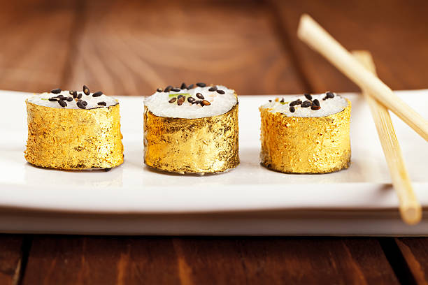 gold japanische sushi - sushi essen stock-fotos und bilder