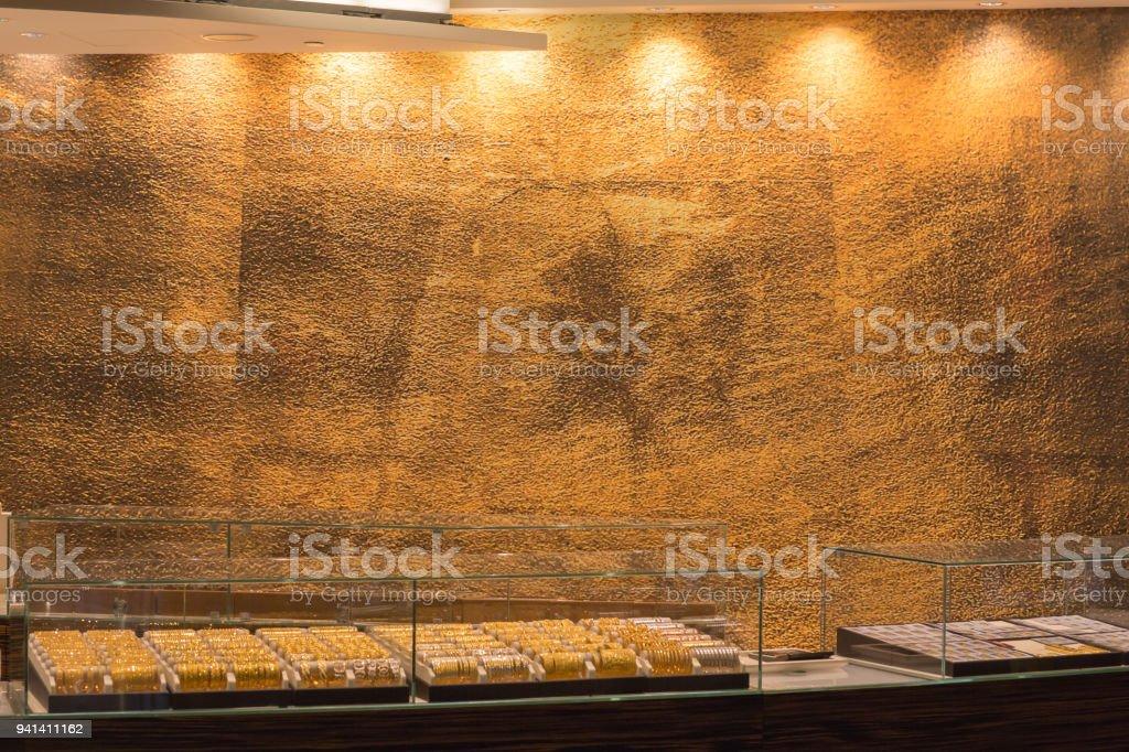 c2cccf0791c Bijoux en or diamant affichage boutique avec bagues et bracelets de luxe au  détail magasin vitrine