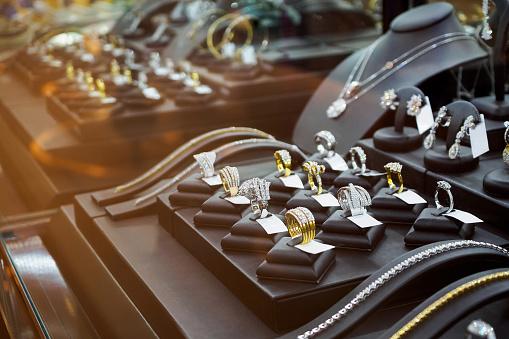 Gold Jewelry Diamond Shop With Rings And Necklaces Luxury Retail Store Window Display Showcase - zdjęcia stockowe i więcej obrazów Biżuteria