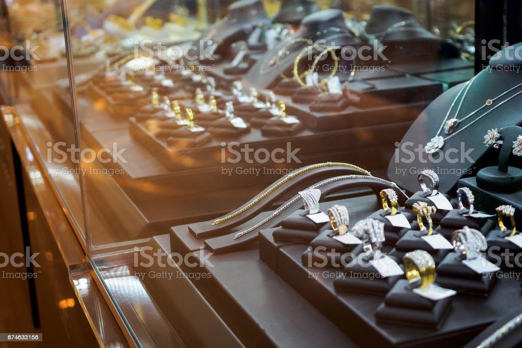 Loja de joias de ouro diamante com anéis e colares luxo varejo loja vitrine - foto de acervo