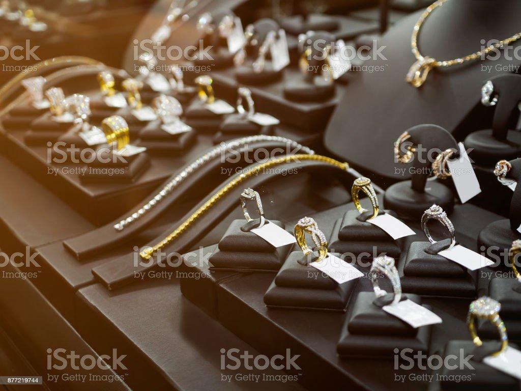 grossiste 8747c 95f4c Photo libre de droit de Boutique De Bijoux En Or Diamant Avec Bagues Et  Colliers Luxe Au Détail Magasin Vitrine De Magasin banque d'images et plus  ...
