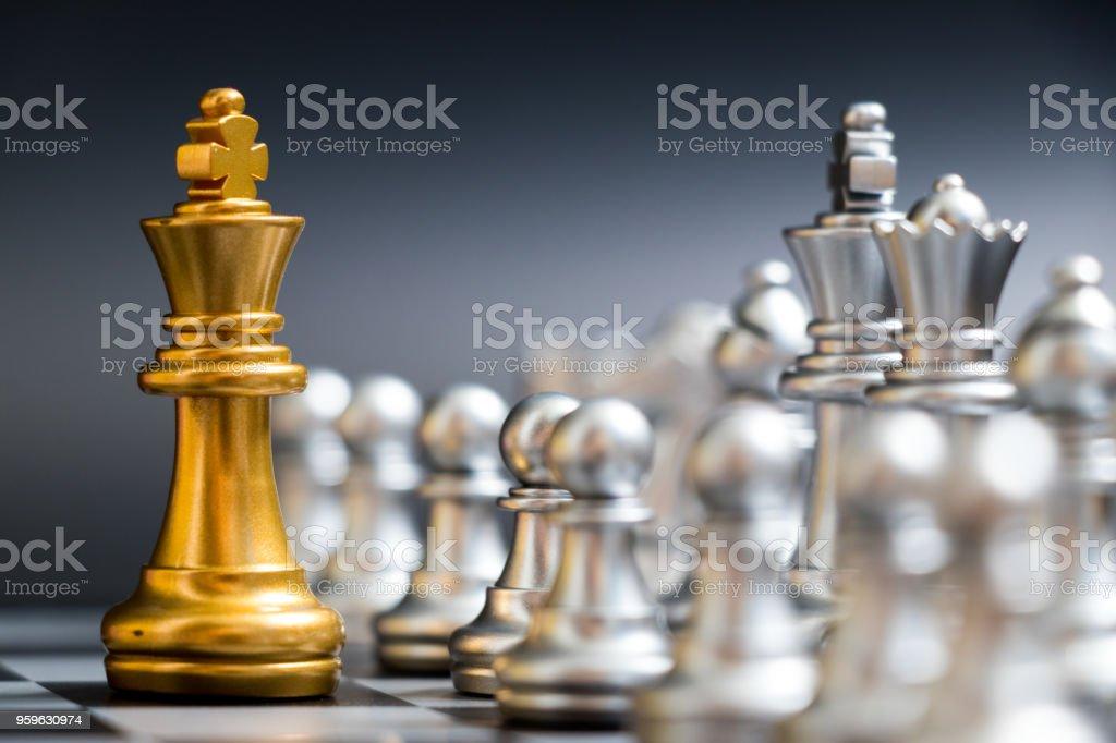 Rey del oro pieza de ajedrez frente a otro equipo de plata sobre fondo negro - Foto de stock de Actividad móvil general libre de derechos
