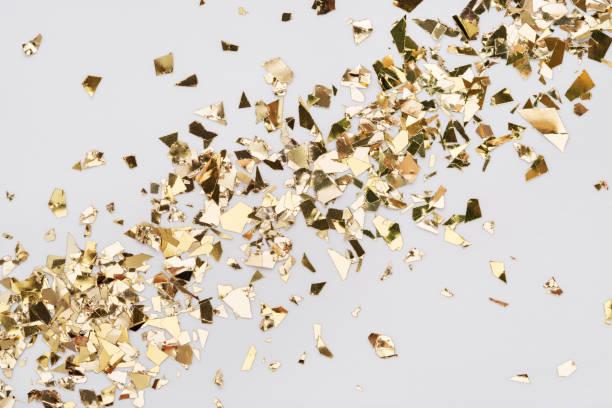 Goldblatt Konfetti auf weißem Hintergrund Diagonal Spread Urlaub Glitzer Hintergrund. – Foto