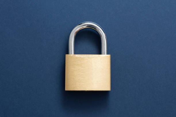 gouden lockpad hangslot - hangslot stockfoto's en -beelden
