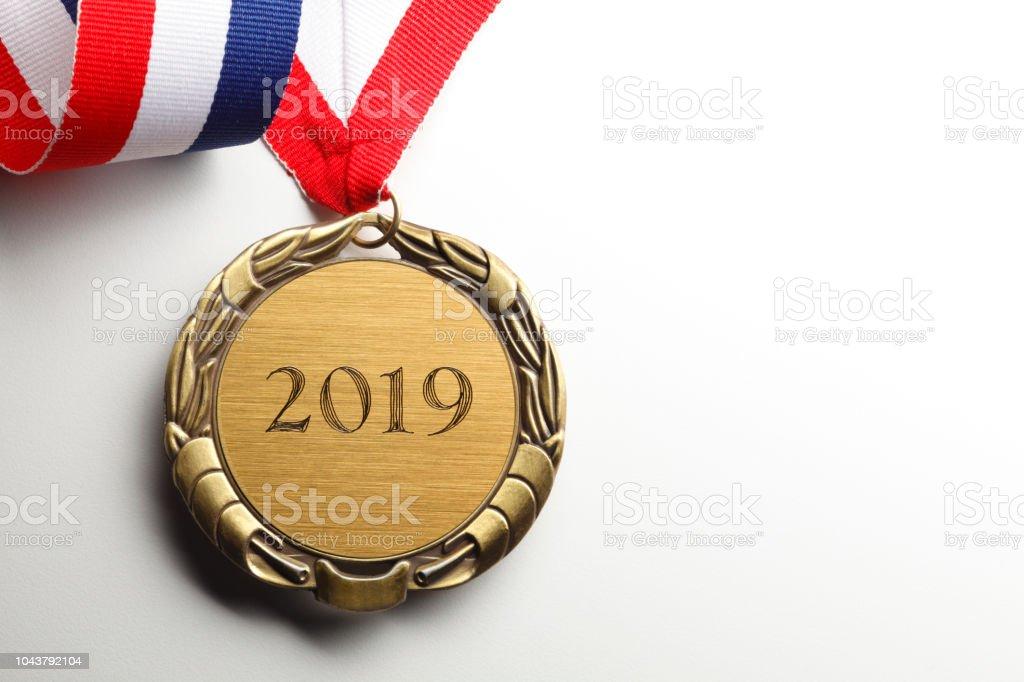 Médaille d'or gravée de 2019 sur fond blanc - Photo