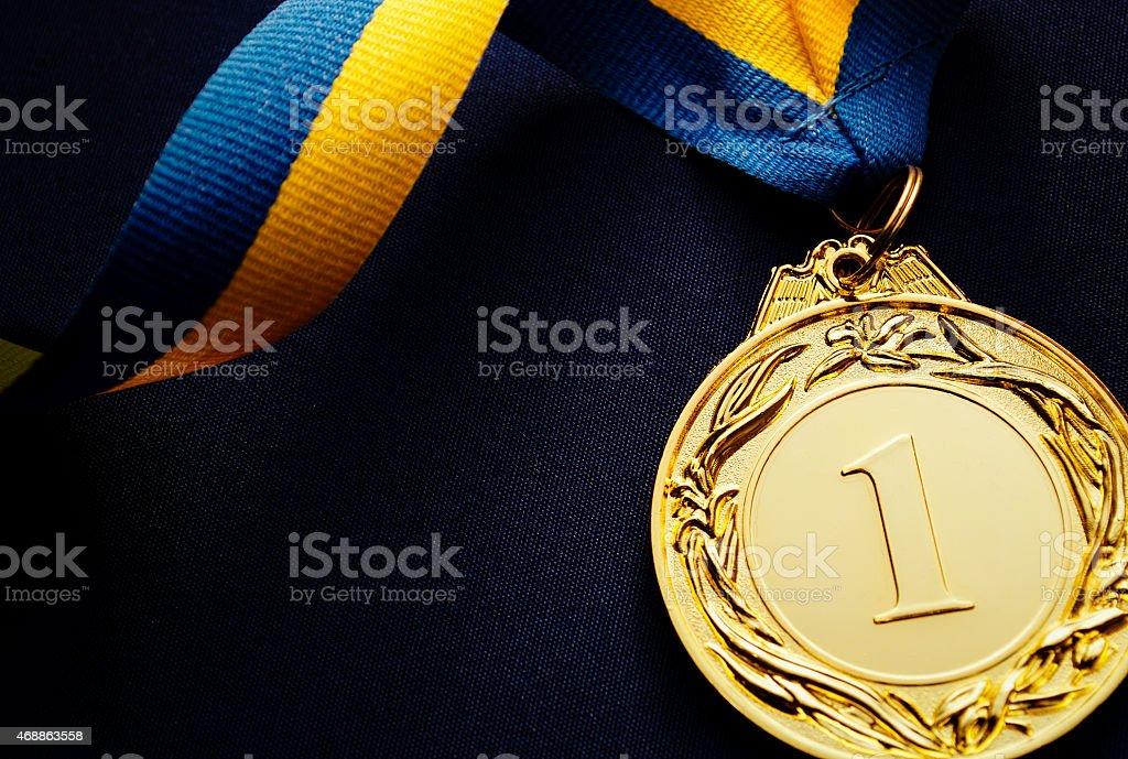Goldmedaille auf dunkel blauem Hintergrund – Foto